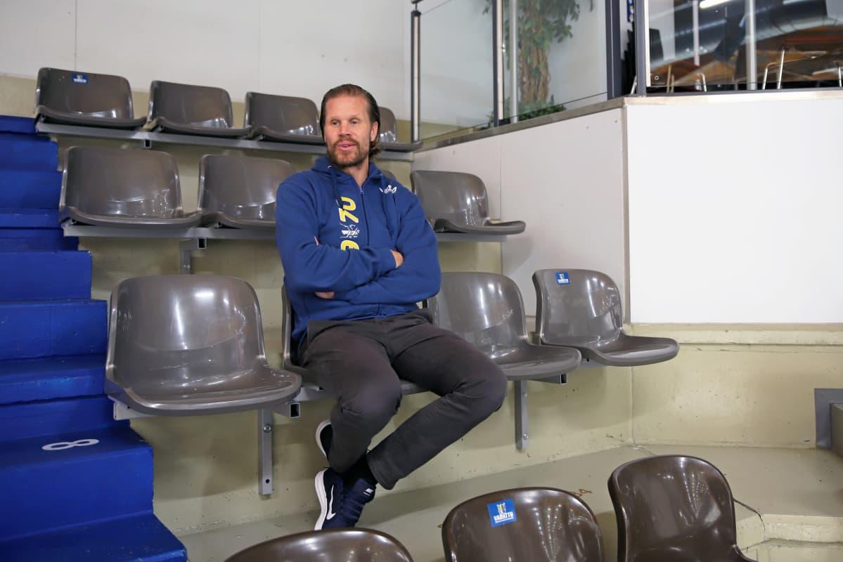 Mikkelin Jukurien päävalmentaja Olli Jokinen istuu jäähallin katsomossa.