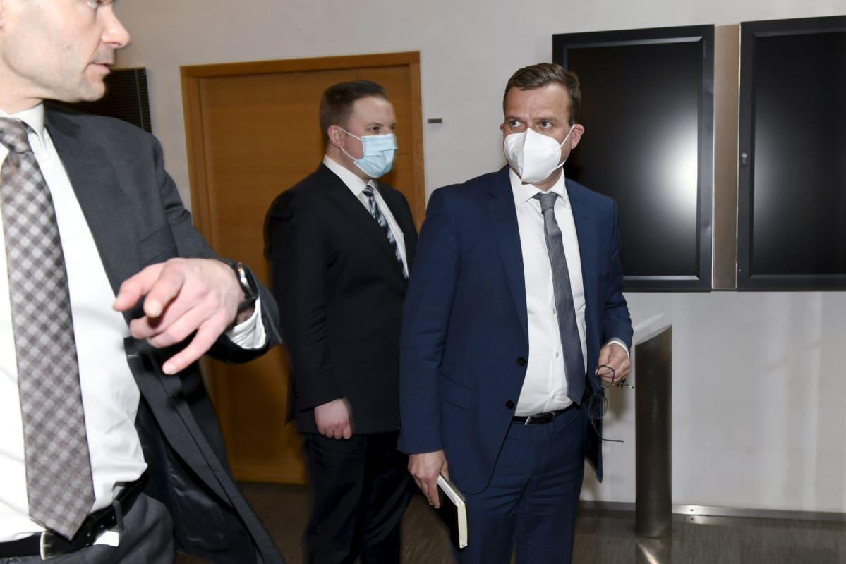 Kokoomuksen eduskuntaryhmän puheenjohtaja Kai Mykkänen, kansanedustaja Janne Heikkinen ja puheenjohtaja Petteri Orpo (oik.) poistuivat kokoomuksen eduskuntaryhmän kokouksesta Helsingissä 6. toukokuuta 2021.