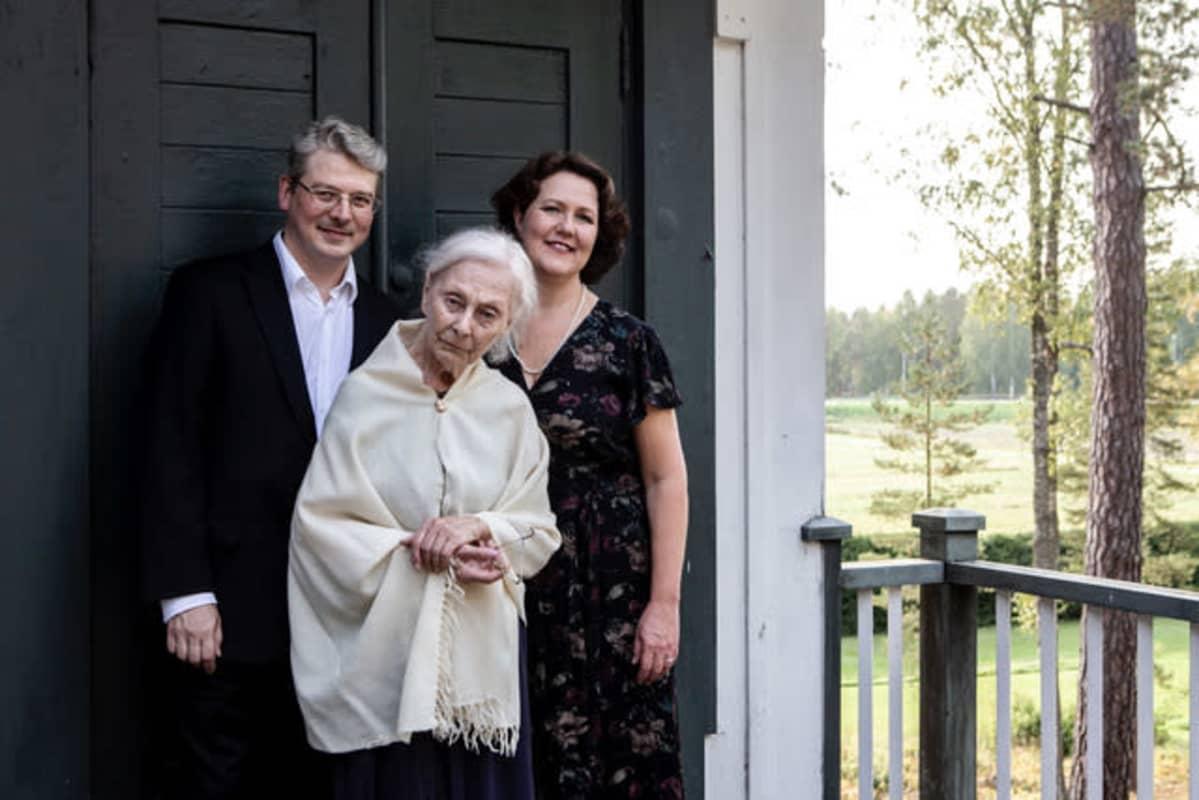 Kuva näyttelijä Seela Sellasta, sopraano Pia Freundista ja pianisti Kristian Attilasta.