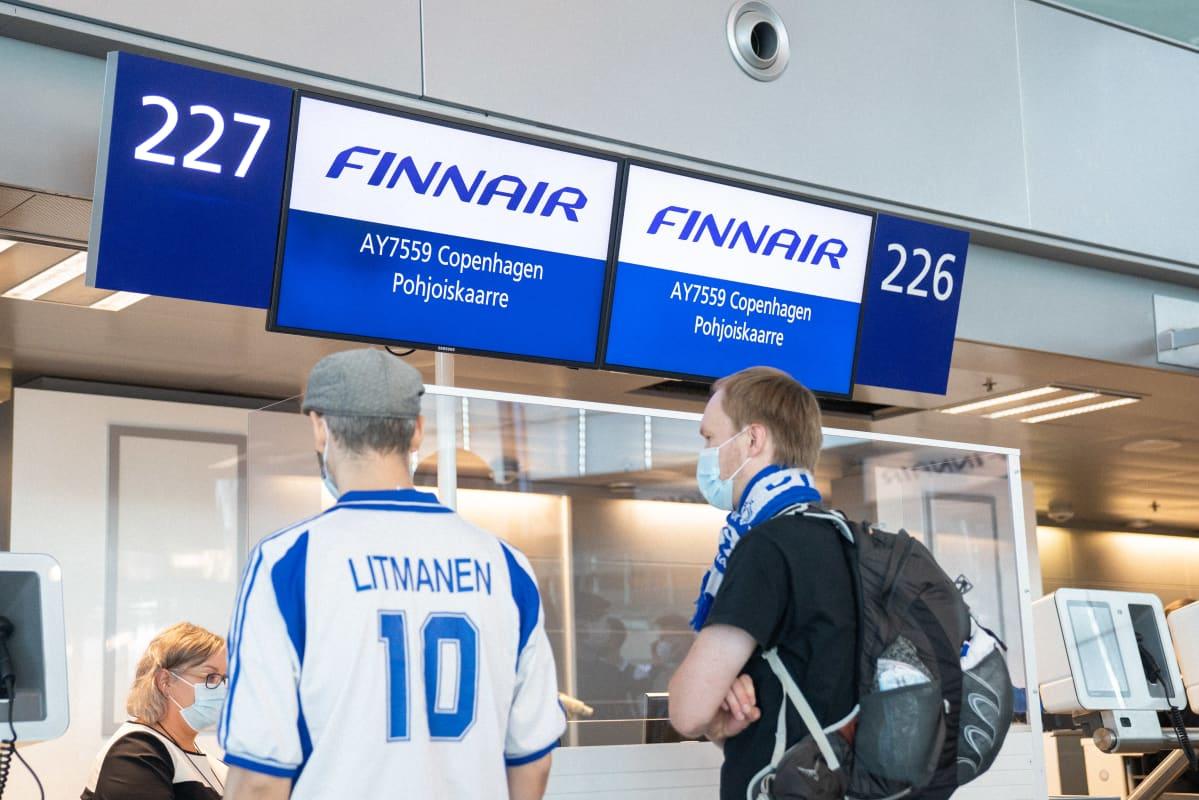 EM-kisafanit lentokentän lähtöselvityksessä