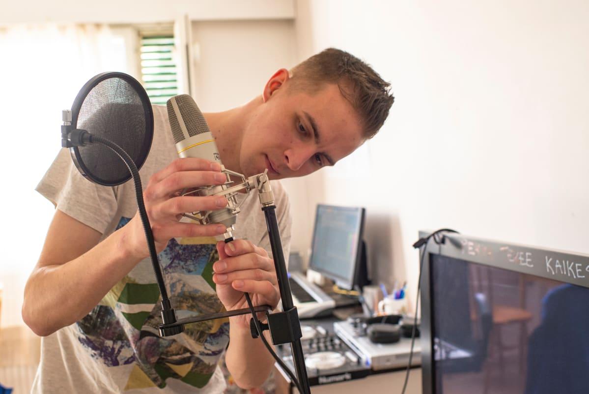 DJ huuaarjuu säätää mikrofonia