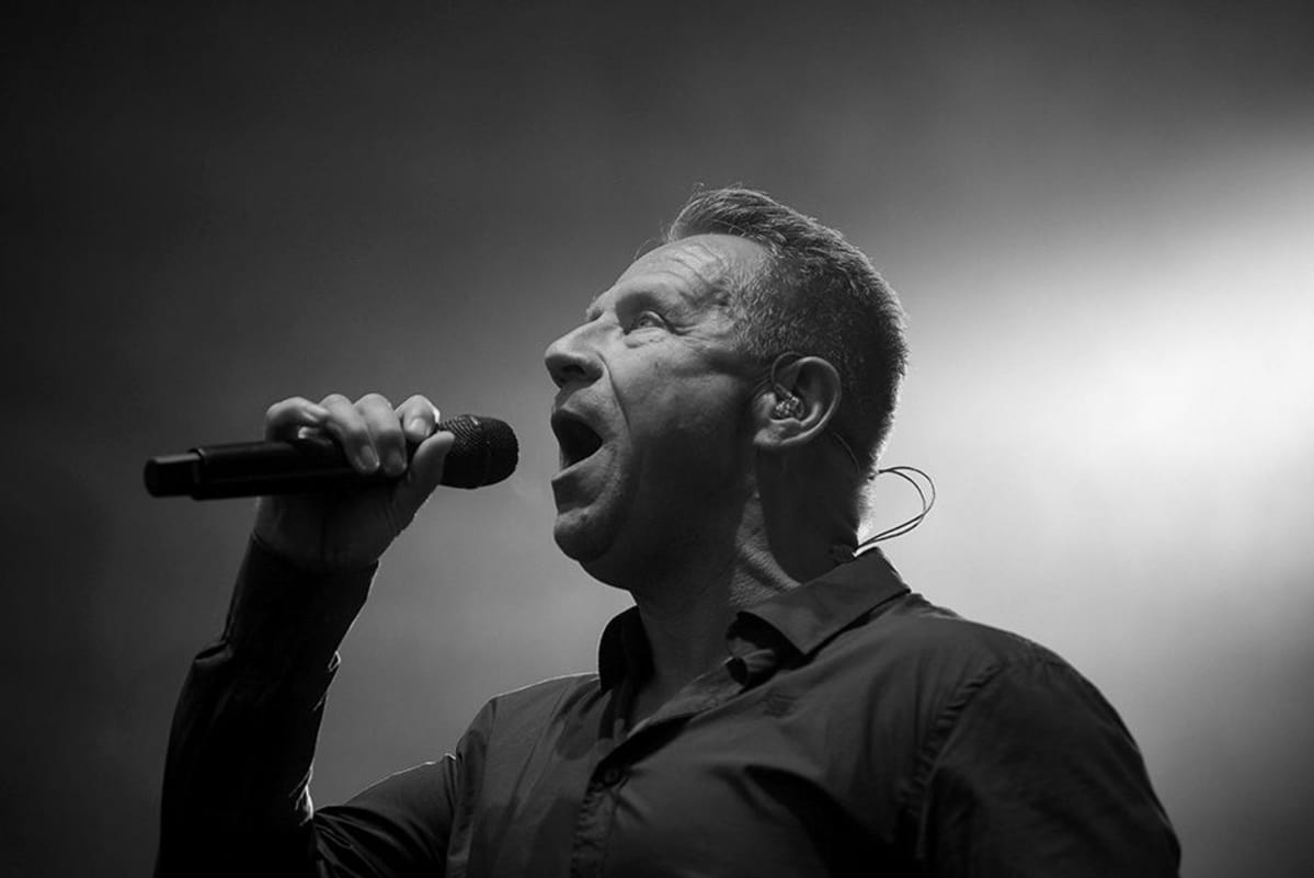 Yö-yhtyeen Olli Lindholm keikalla Simerockissa 2015.