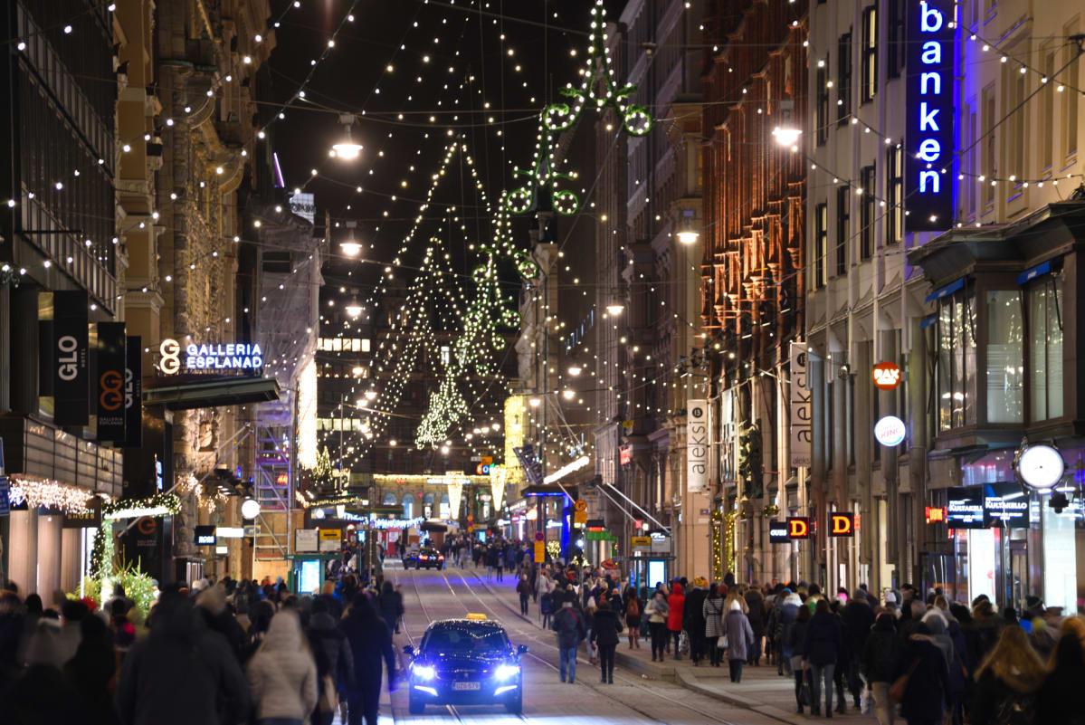 Jouluvaloja Aleksanterinkadulla Helsingissä