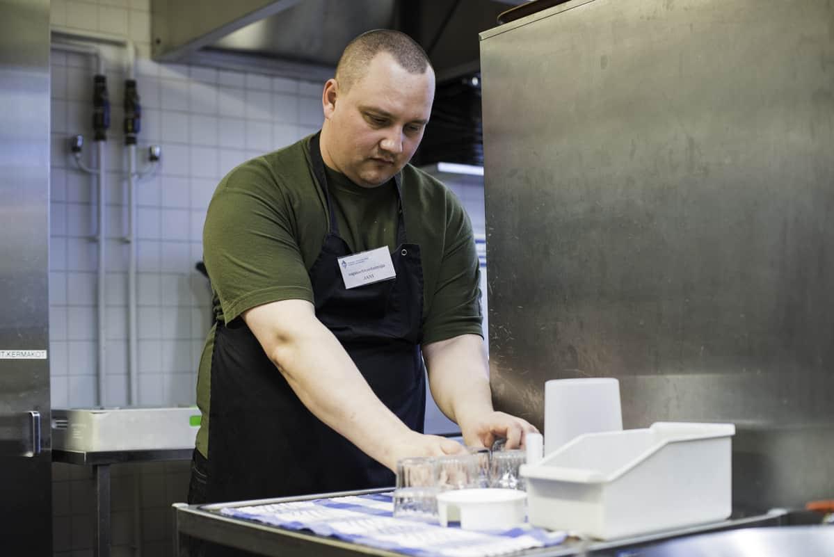 35-vuotias työtön ja asunnoton Jani Malmberg työskentelee vapaaehtoisena Hermannin diakoniatalon keittiössä