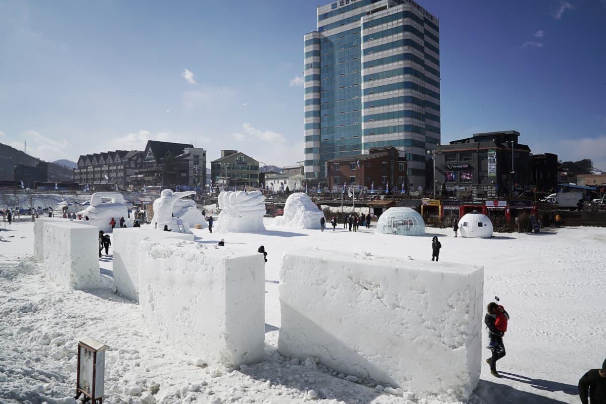 Palkintojenjakoalueen lähelle on rakennettu jääpuisto.