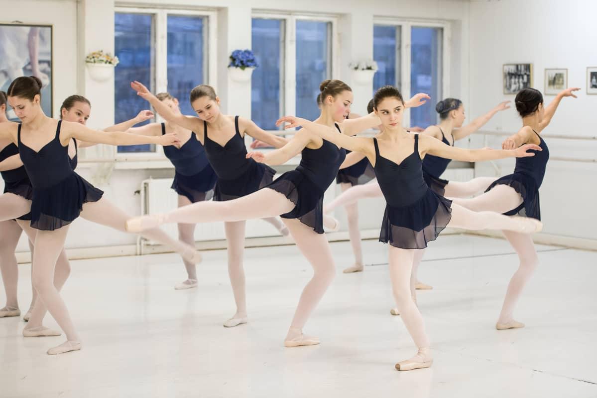 Balettitanssijat harjoittelevat.