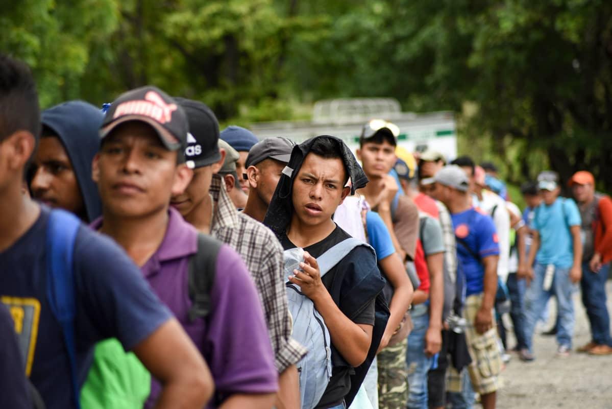siirtolaisia tiellä jonossa