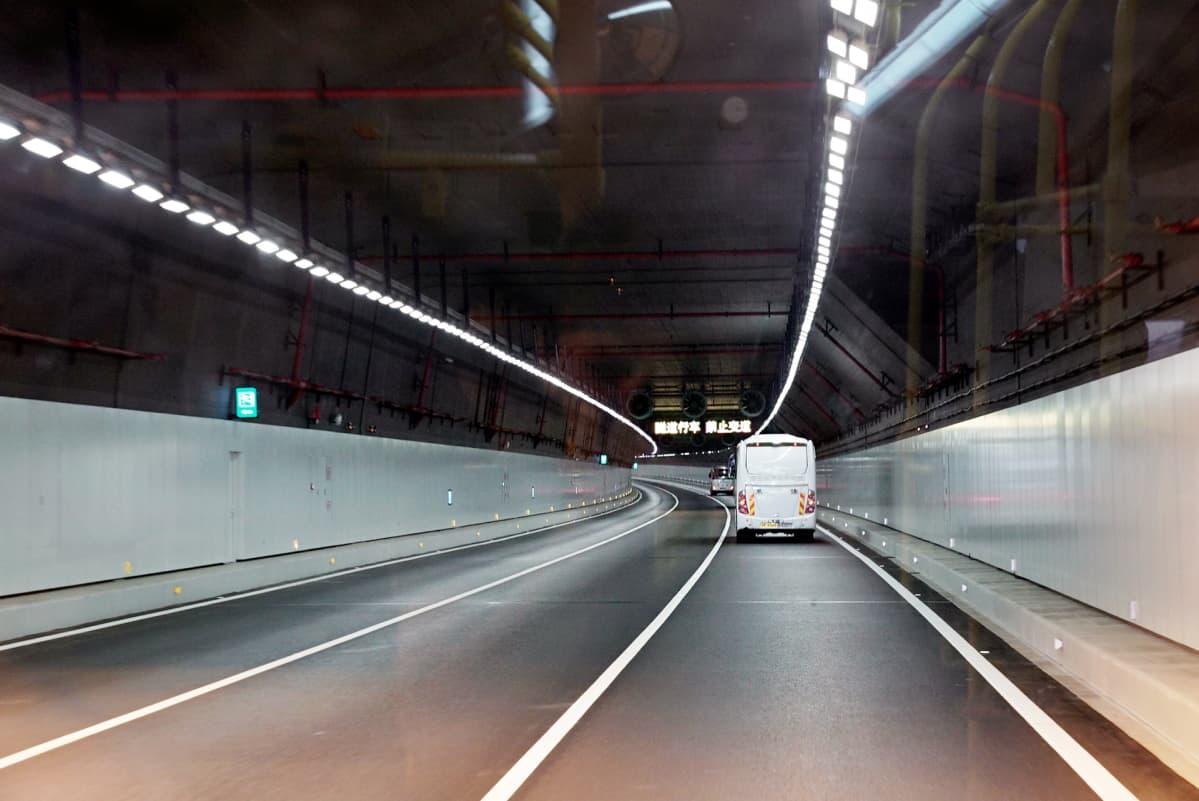 Liikennettä tunnelissa.