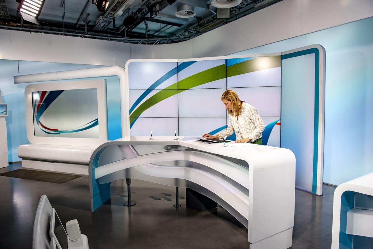 Ylen television uutisstudio 26.12.2018. TV-uutiset, Studion sisustus lavasteet viimeisenä iltana ennen väistötiloihin siirtymistä. Kuvissa uutisankkuri Piia Pasanen.