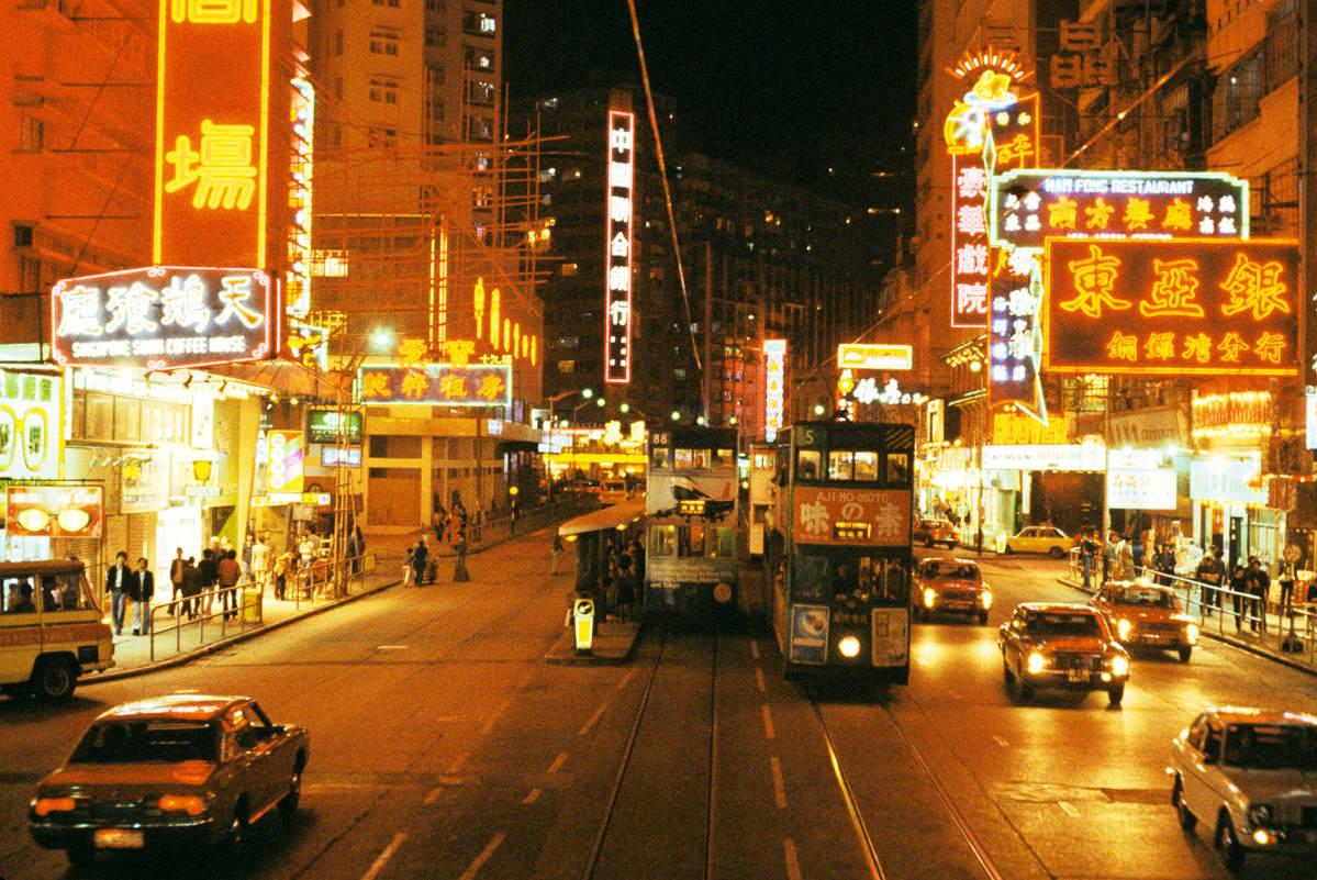 Katunäkymä Hongkongista 1970-luvun loppupuolelta.