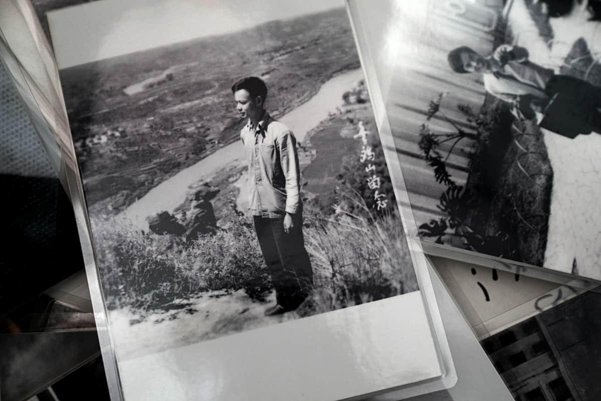 Kukkulalla otetussa kuvassa vajaa kolmekymppinen Hong Ying on vielä kotona Kiinassa. Hän muistelee, että kuva on otettu joitain kuukausia ennen pakoa.