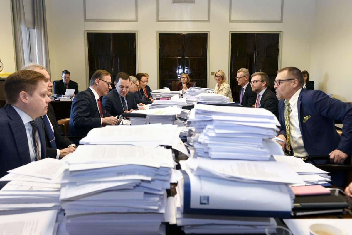 Eduskunnan perustuslakivaliokunta aloittamassa kokoustaan.