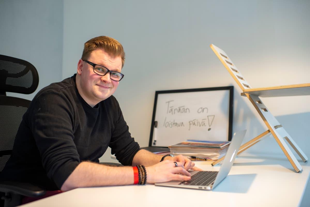 Antti Möttönen istuu työpöytänsä ääressä.
