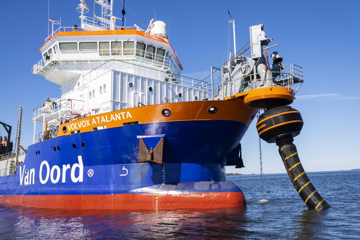 Ruoppaaja Kokkolan sataman edustalla.