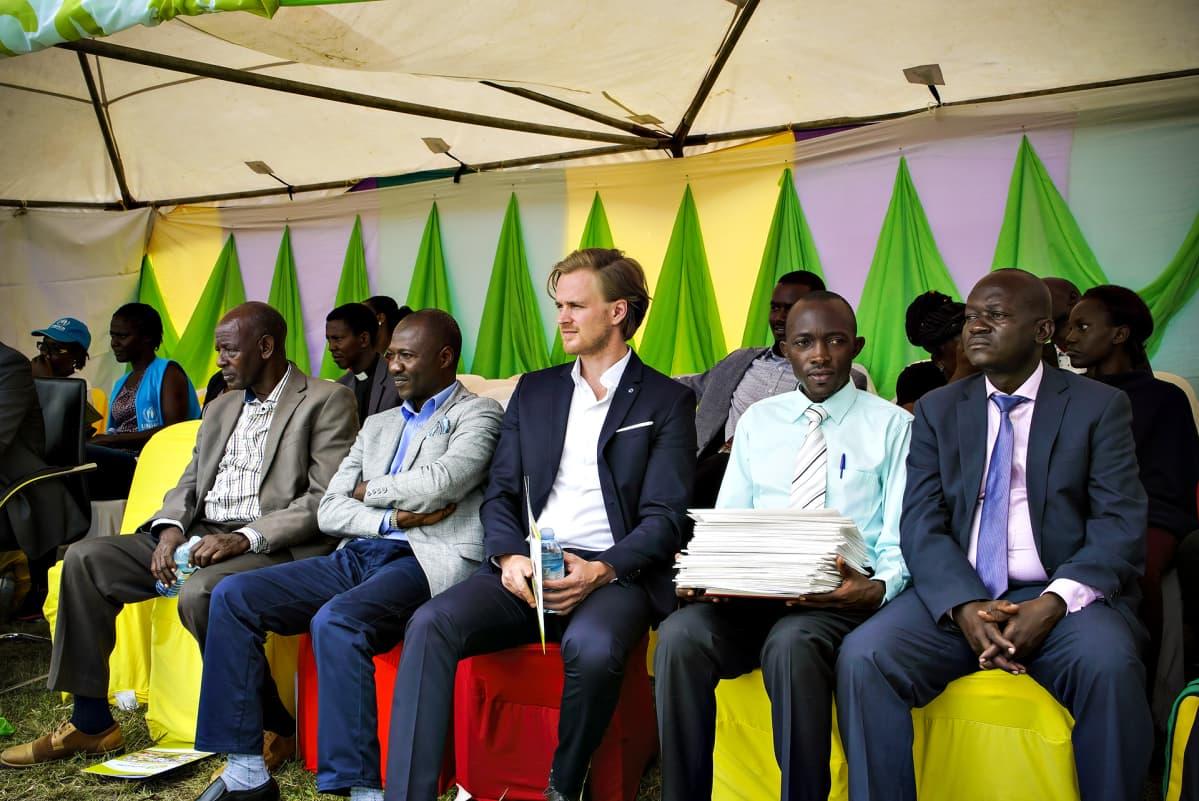 Kirkon ulkomaanavun projektipäällikkö Ville Wacklin seuraa valmistujaisia.