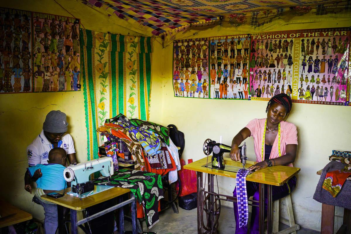 Amina Chmanuka unelmoi omasta ompelukoneestaan. Rwamwanjassa ommellaan vanhoilla koneilla, sillä sähkönsaannista ei ole taetta.