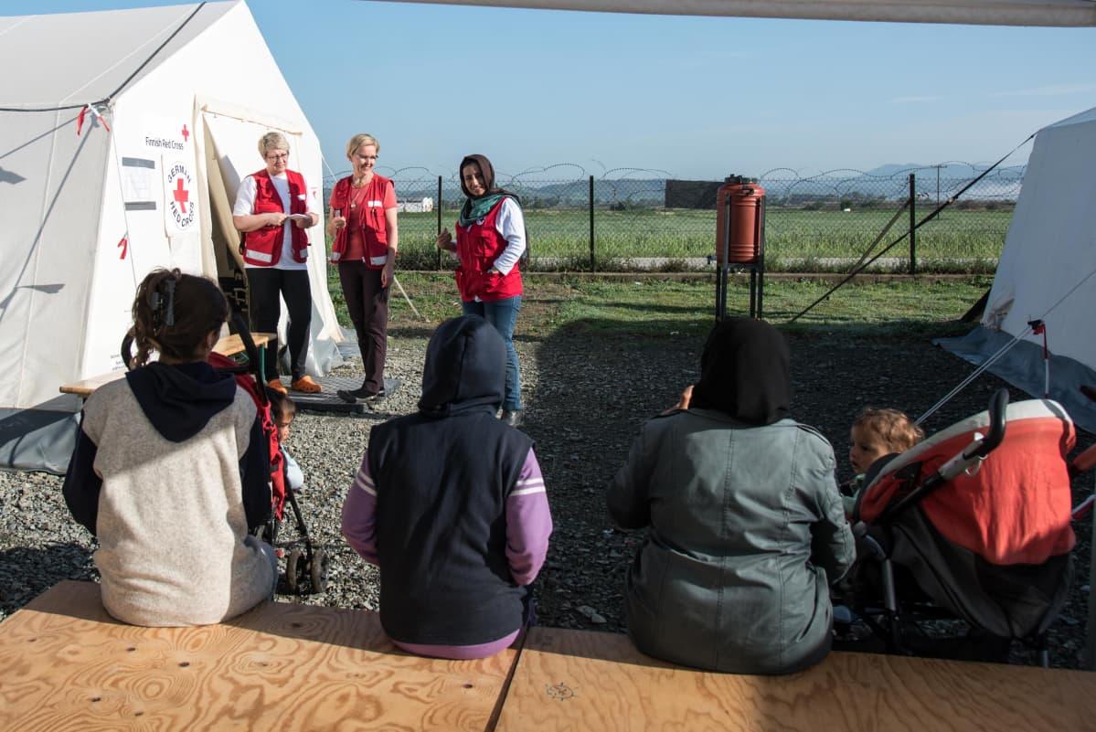 Punainen Risti auttaa maahan tulleita turvapaikanhakijoita muun muassa Nea Kavalan pakolaisleirillä Pohjois-Kreikassa. Kuva on vuodelta 2016.
