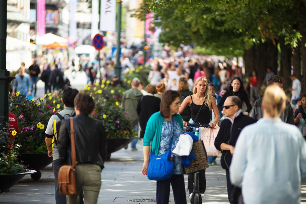 Jalankulkijoita kadulla Oslossa.