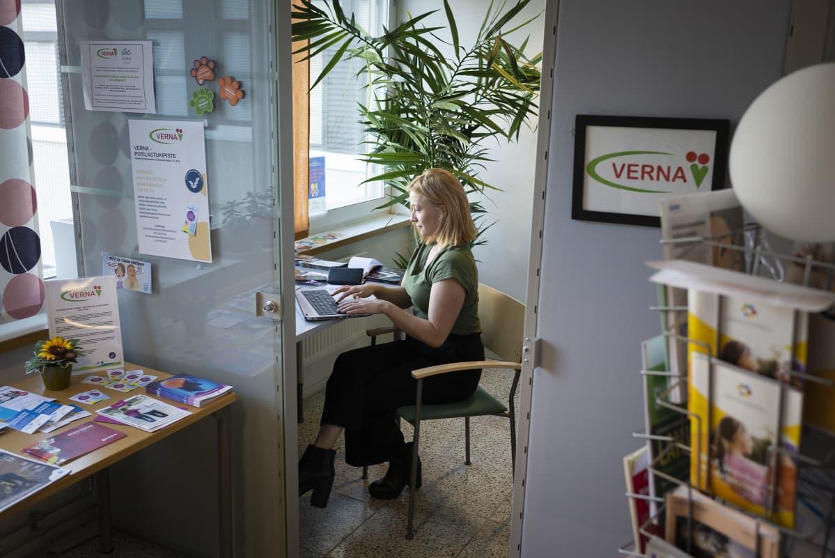 Nainen tekee töitä kannettavalla tietokoneella Vernan vapaaehtoistoiminnanpisteessä.