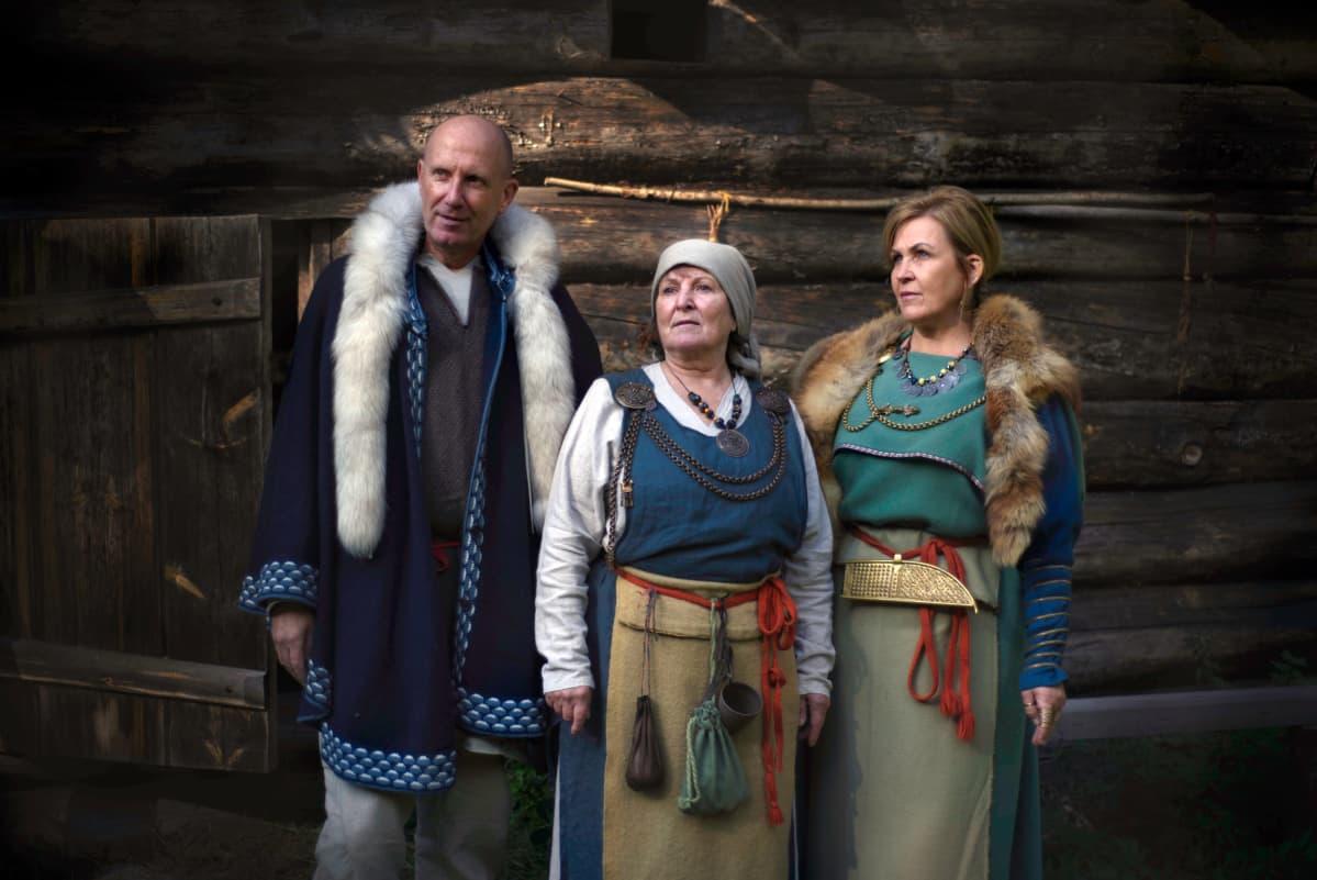 Mies ja kaksi naista viikinkiaikaisissa vaatteissa, toinen naisista pukeutunut Euran emännän pukuun.