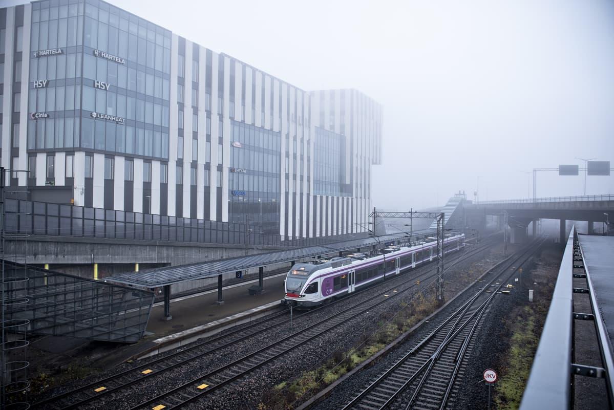 Näkymä Ilmalan asemalla Helsingissä sunnuntaiaamuna 3. marraskuuta 2019. Paikallisjuna on pysähtynyt asemalle.