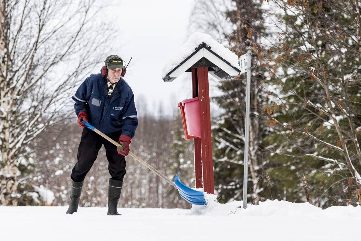 Pentti Kurkoja lapioi lumia Kittilän Rauhalan kylässä 23. päivävä lokakuuta
