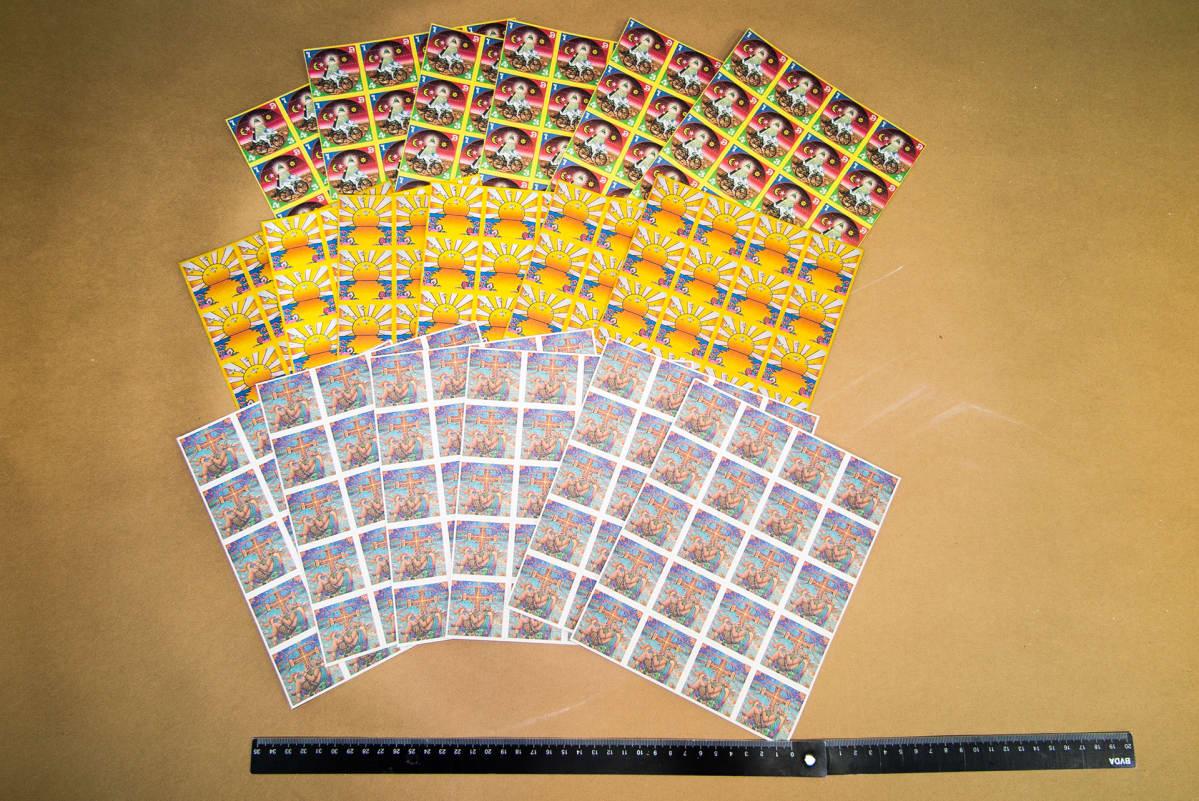 Poliisi takavarikoi kuvan LSD-laput huhtikuussa maastokätköstä. Lapuissa olevat logot ilmentävät tuotteen alkuperää ja laatua.