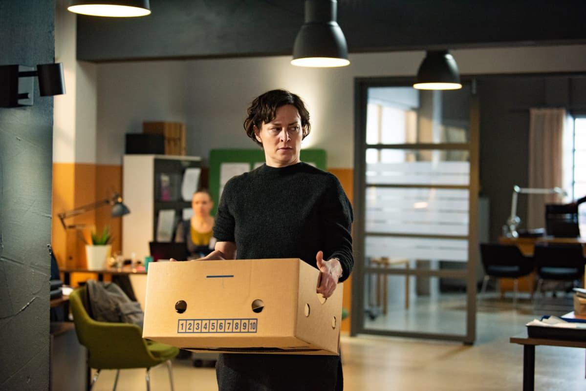 Lotta Lehtikari näyttelee pääroolin Hanna Maylettin ohjaamassa mysteeridraamasarjassa, jonka työnimi on Kannattelijat.