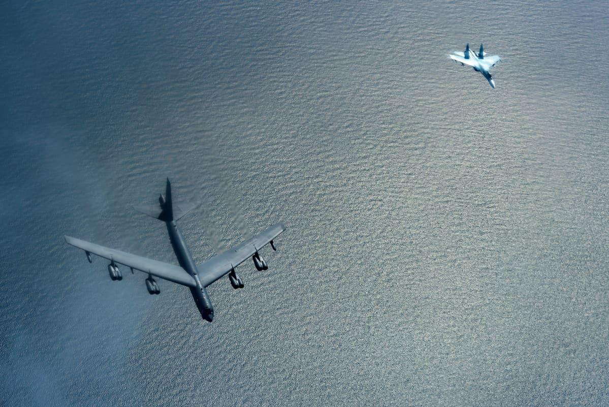 Venäläinen Su-27 -hävittäjä seuraa yhdysvaltalaista B-52 -pommikonetta Itämeren yllä heinäkuussa 2017.