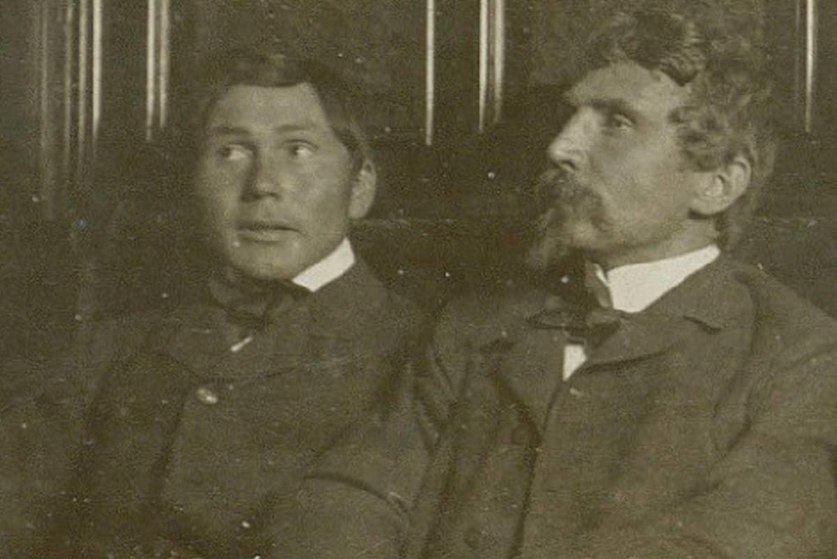 Ajan kellastama valokuva Jørgen Brønlund ja  Ludvig Mylius Erichsen pöydän takana