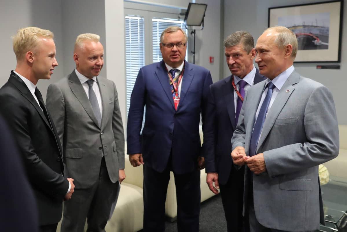 Nikita Mazepin (vas.) ja hänen isänsä Dmitri Mazepin (toinen vas.) tapasivat presidentti Vladimir Putinin (oik.) Sotshin F1-kilpailun yhteydessä syyskuussa 2018.