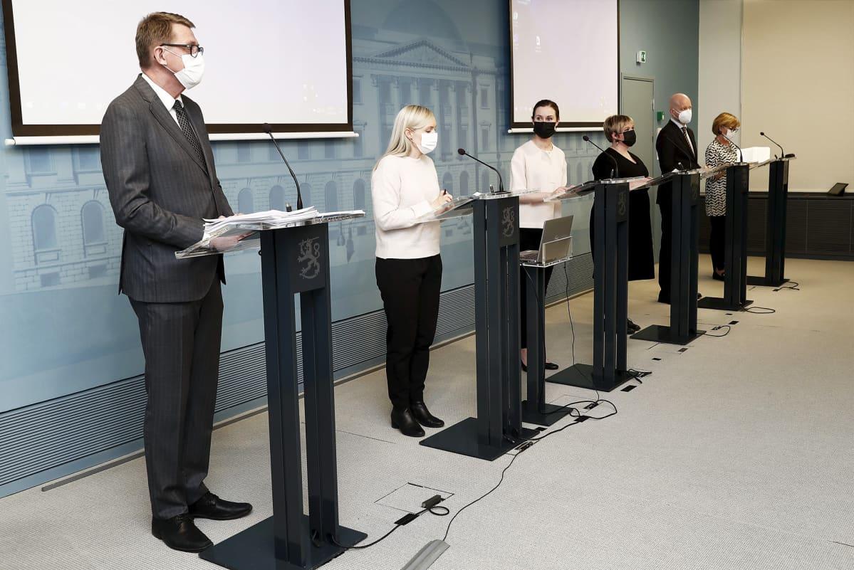 Valtiovarainministeri Matti Vanhanen ja hallituspuolueiden puheenjohtajaviisikko hallituksen puoliväliriihen loppuinfossa Valtioneuvoston linnassa 29. huhtikuuta 2021.