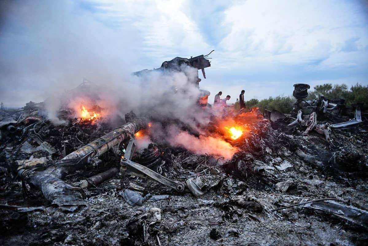 Lentokoneen savuavat jäännökset.