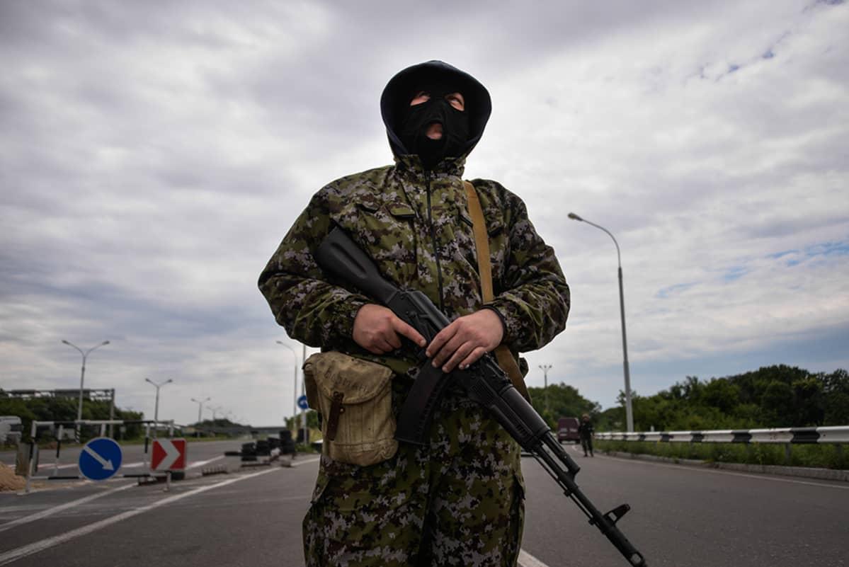 Venäjä-mielinen taistelija Donetskin lähellä Itä-Ukrainassa heinäkuussa.