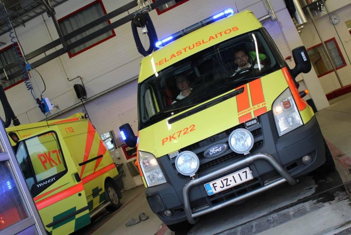 Pohjois-Karjalan pelastuslaitoksen ambulanssi lähdössä hälytysajoon.