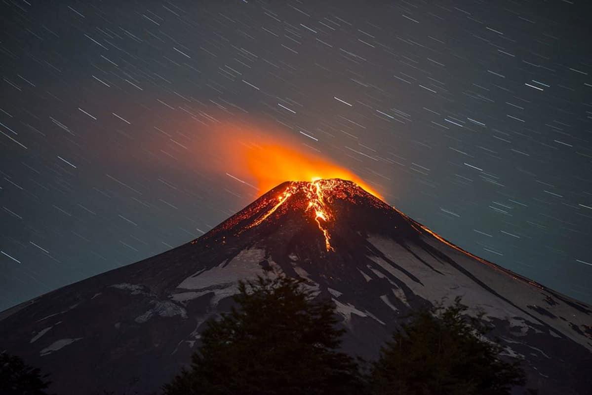 Purkautuva Villarrica-tulivuori.