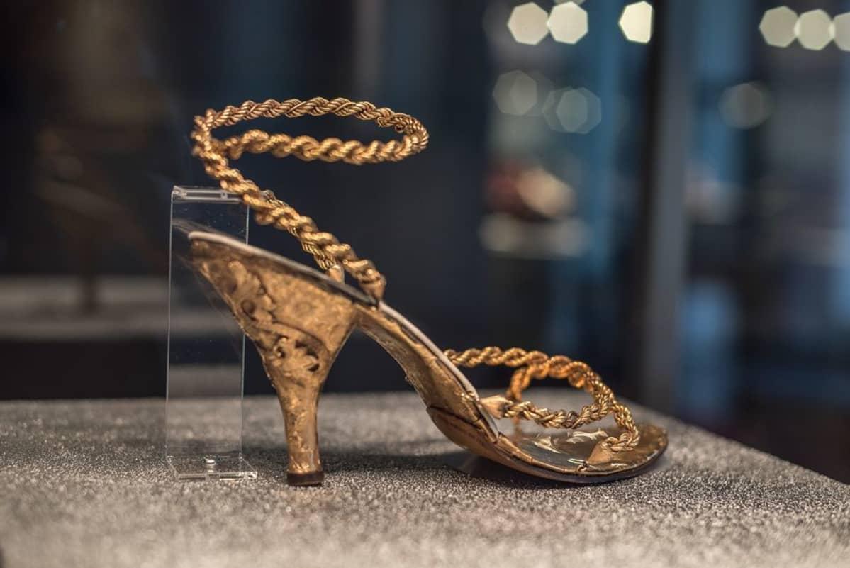 Kultainen sandaali