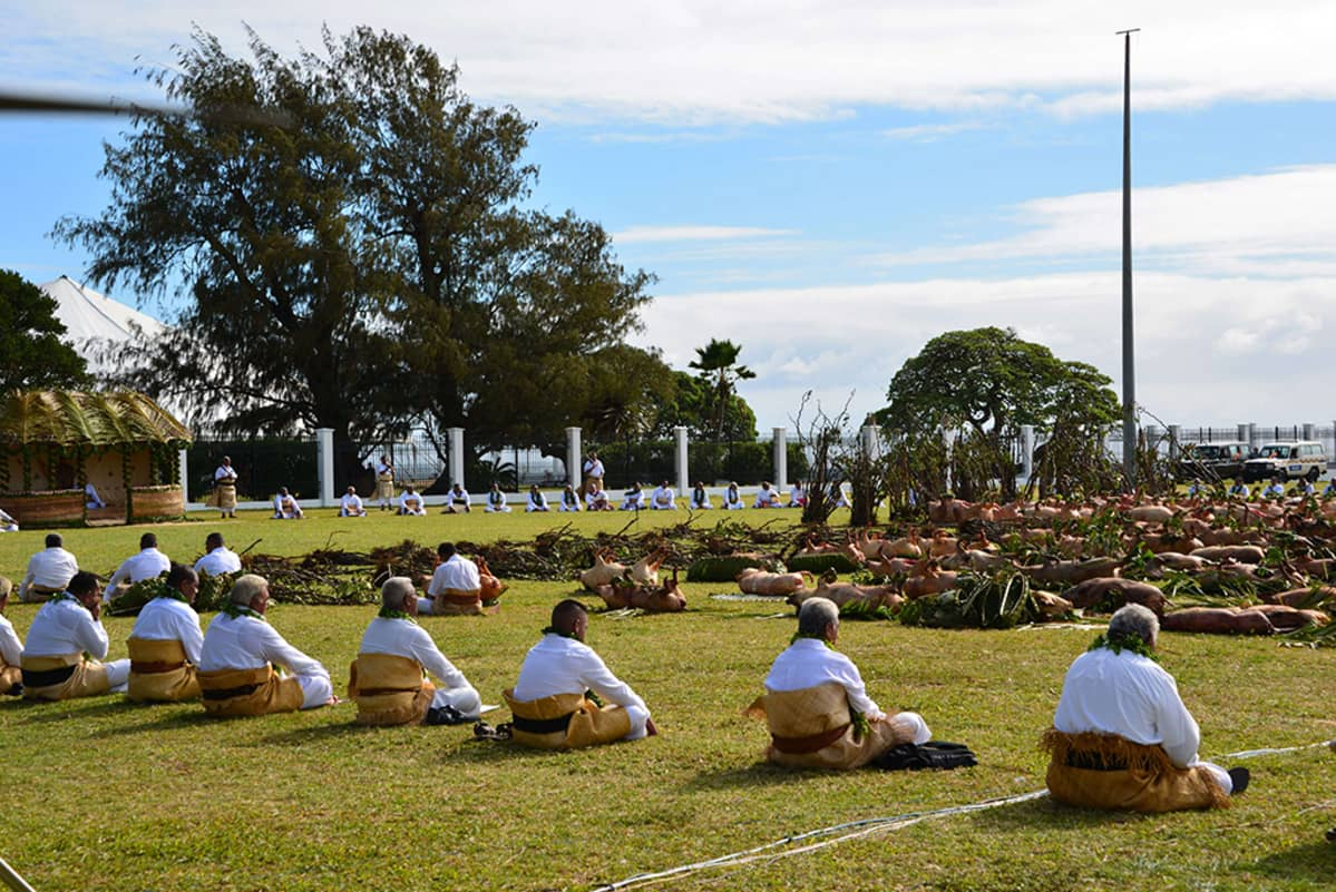 Vieraat valmistautuivat kavaseremoniaan Tongalla 27. kesäkuuta 2015.