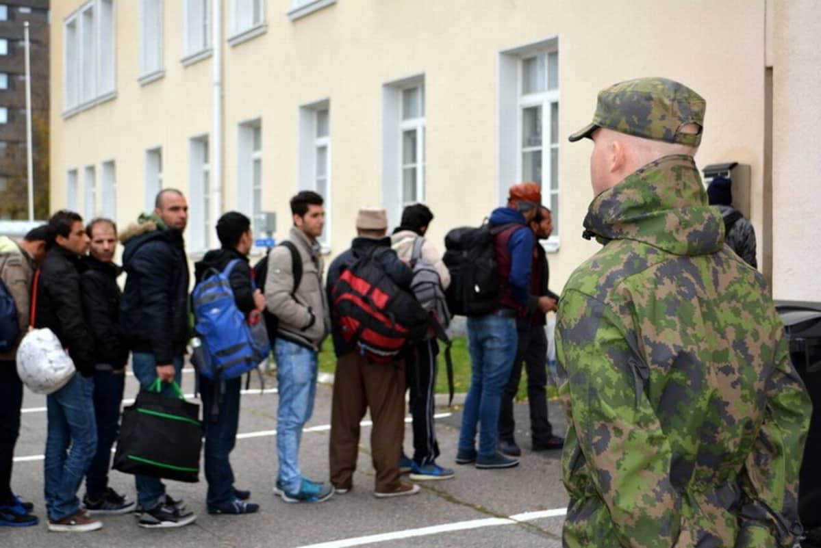 Turvapaikanhakijoiden jono Tornion järjestelykeskuksen edessä.