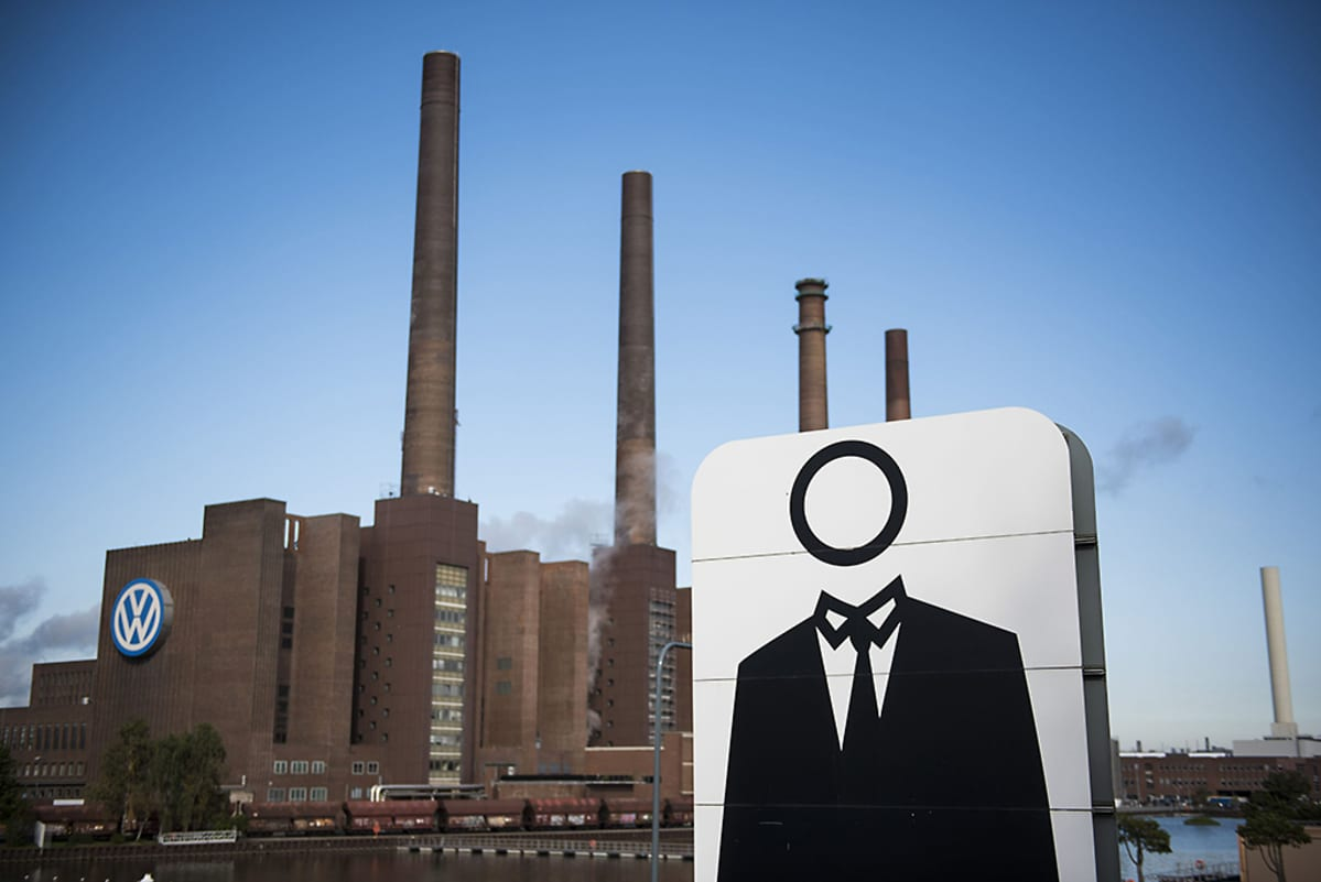 Päättömän mieshahmon mustavalkoinen juliste oli tuotu Volkswagenin Wolfsburgin tehtaiden edustalle 23. syyskuuta.