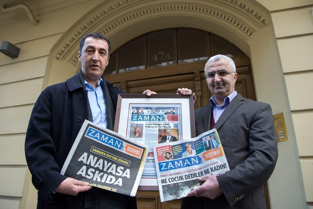 Zamanin päätoimittaja Süleyman Bag (oik.) ja Saksan vihreiden puheenjohtaja Cem Özdemir esittelevät Zamanin Saksan-painosta.