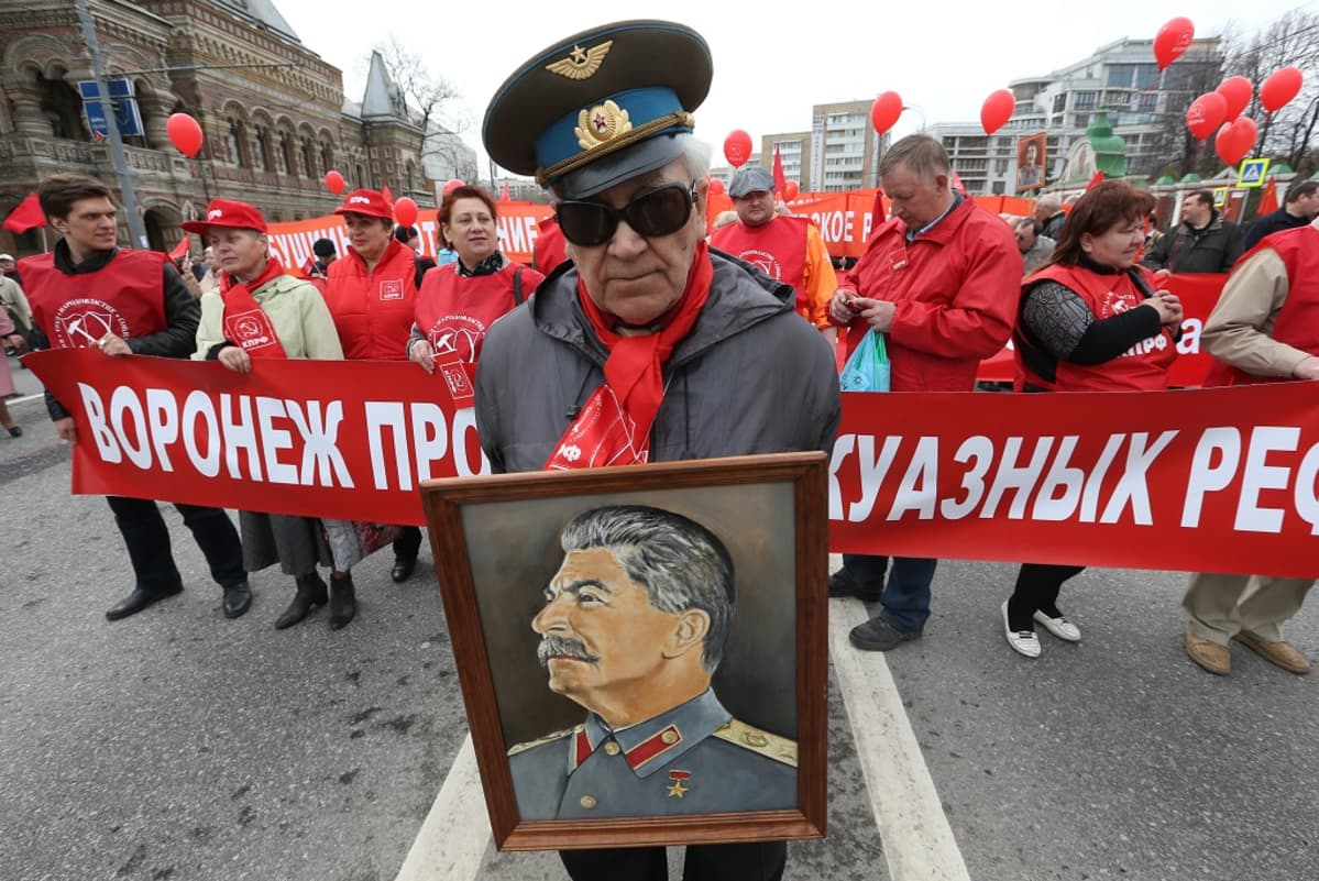 Kommunistit marssivat Moskovassa vappuna 2013.