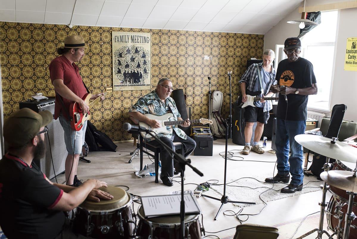 Wentus Blues Band harjoittelemassa Duke Robillardin ja Lazy Lesterin kanssa.