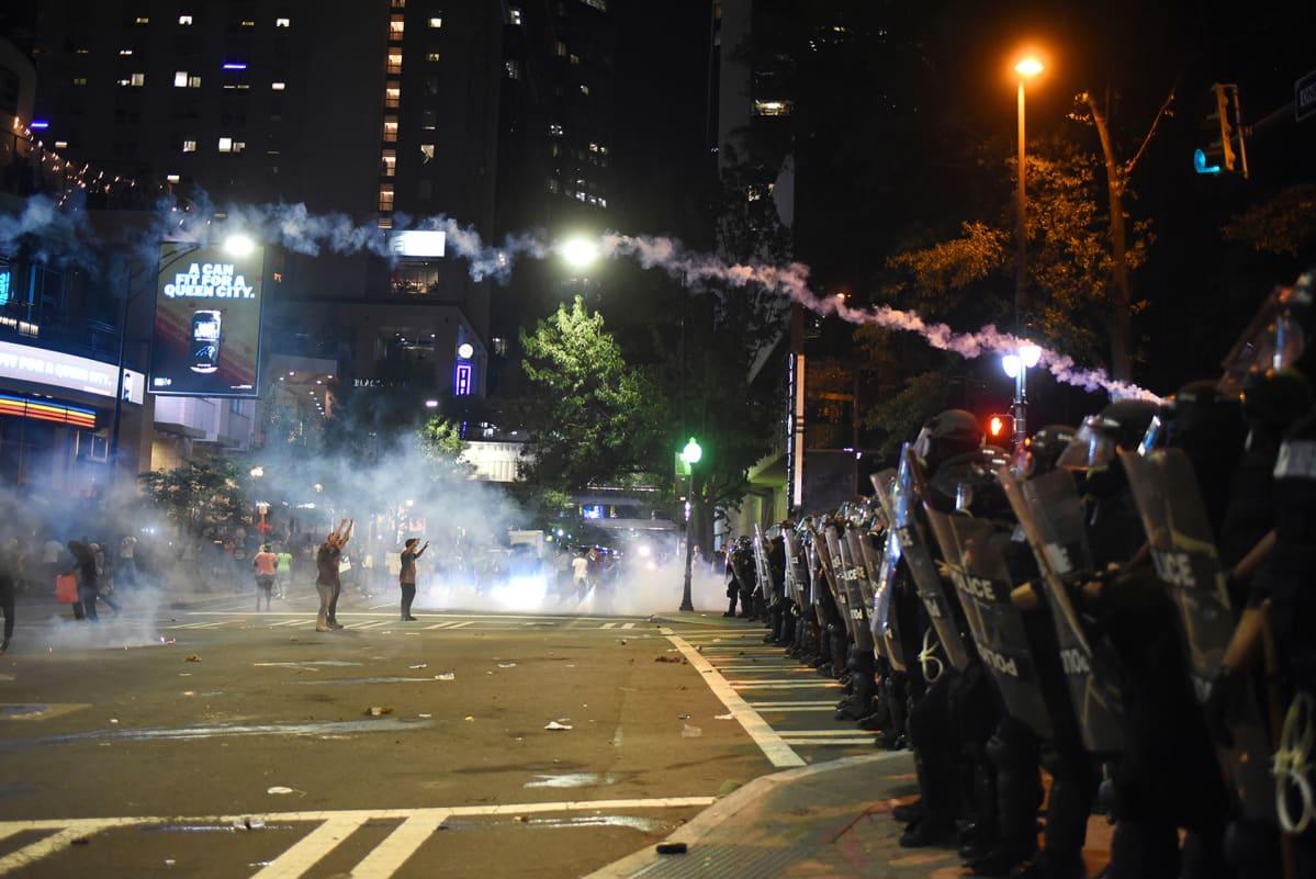 Mellakkapoliisit käyttivät kyynelkaasua mielenosoittajia vastaan yrittäessään hallita tilannetta Charlottessa Yhdysvalloissa 21. syyskuuta 2016.