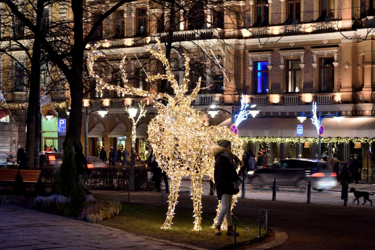 Jouluvaloja Esplanadin puistossa Helsingissä