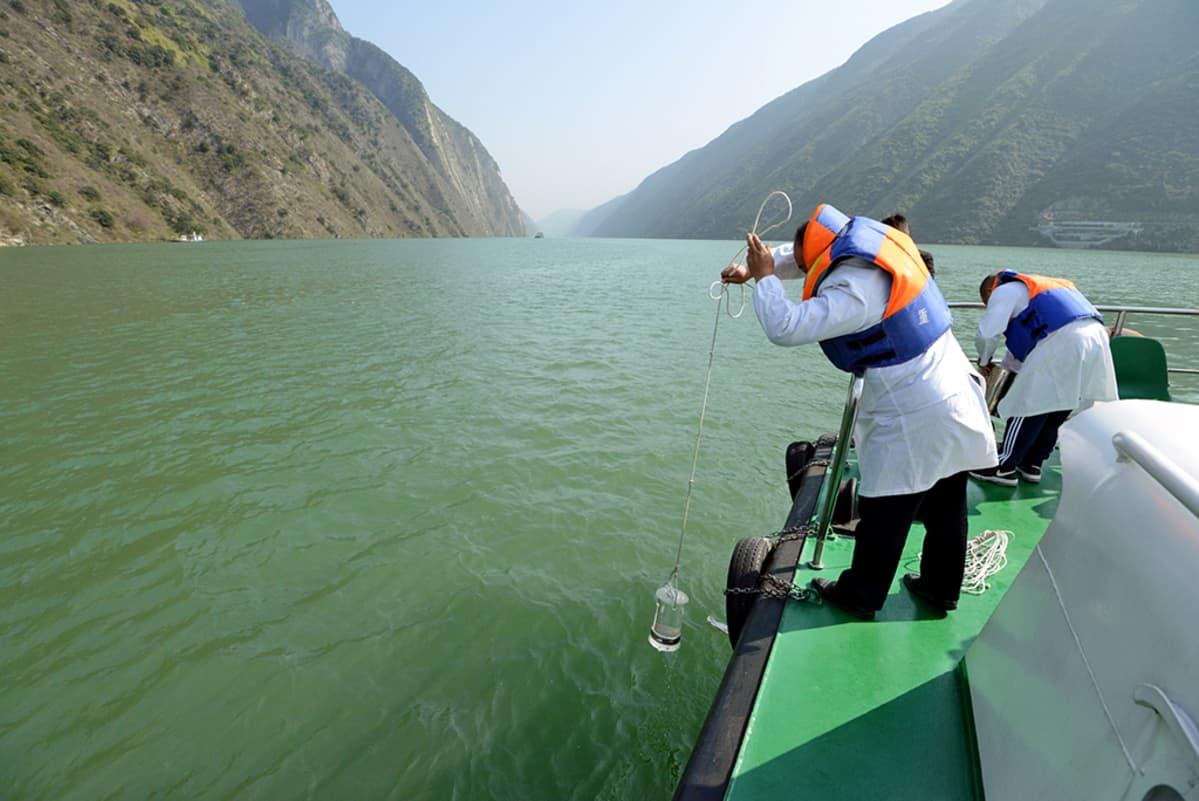 viranomaiset ottava vesinäytettä joesta