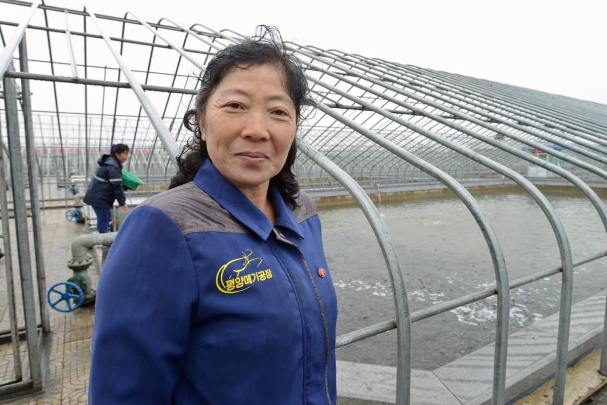 Esimies on Chang Ok kertoo, että kaikki allastyöntekijät ansaitsevat 100 000 wonia eli 12 euroa kuussa.