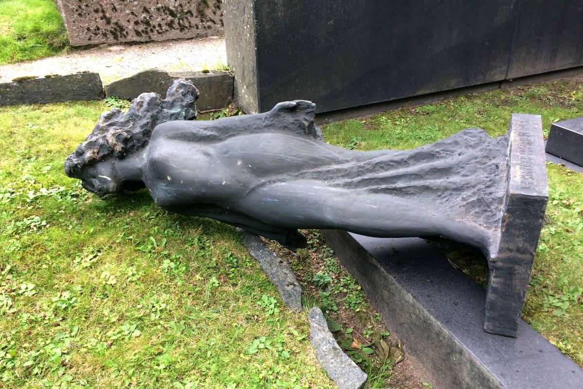 Kaadettu hautakivi Lahden vanhalla hautausmaalla