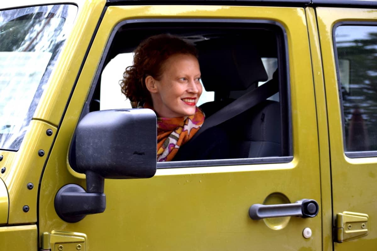 Saimi Hoyer auton ratissa.
