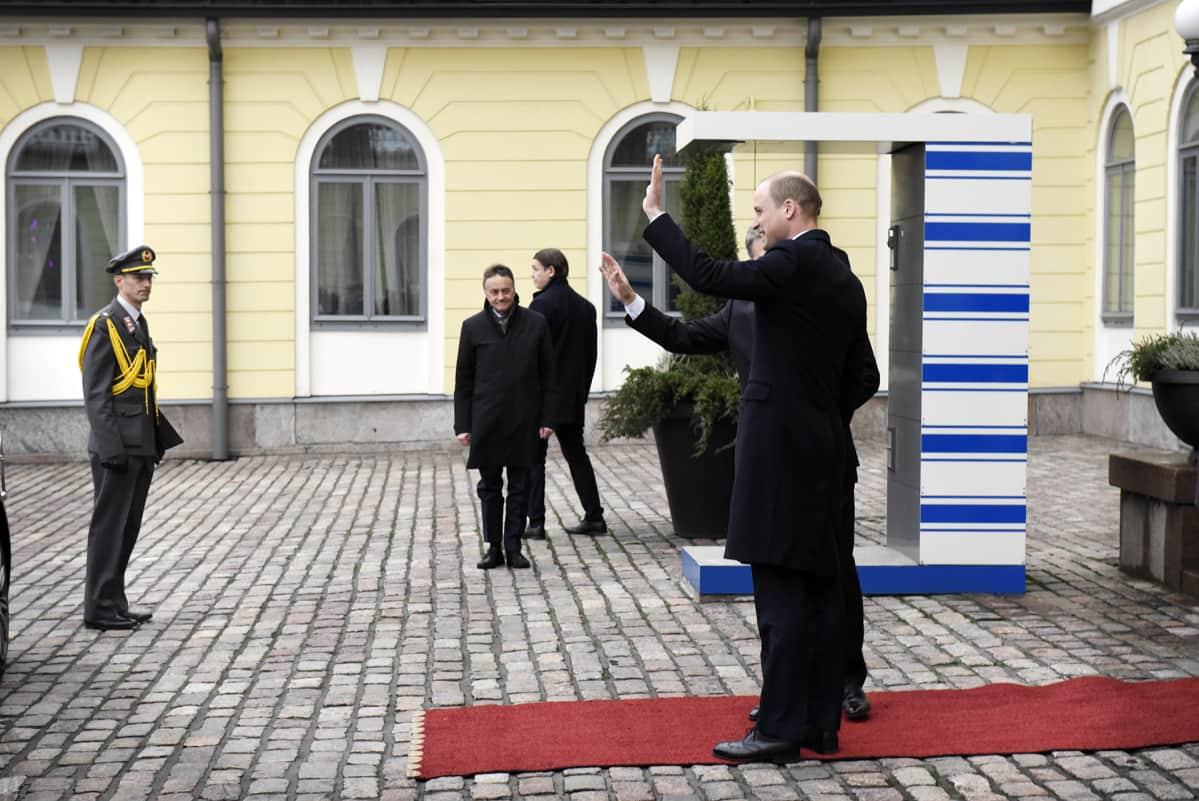 Prinssi William ja presidentti Sauli Niinistö presidentinlinnan edustalla.